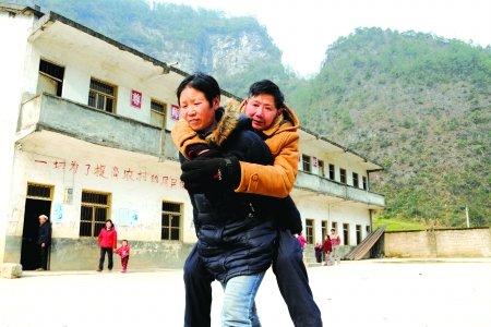那5年他背学生过河腿冻残 这4年妻子背他上课