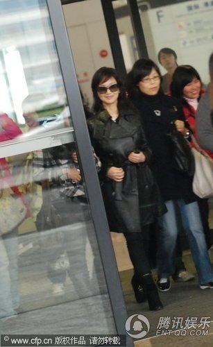 59岁赵雅芝近照图片_赵雅芝南宁赶场遭遇快男