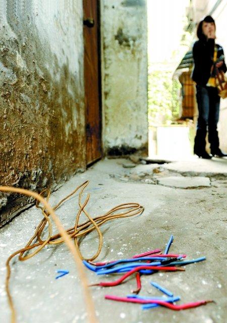 谁在捣乱 剪碎居民楼电线(图)