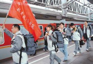 父子兵齐上阵 重庆179人医疗队赴地震灾区(图)