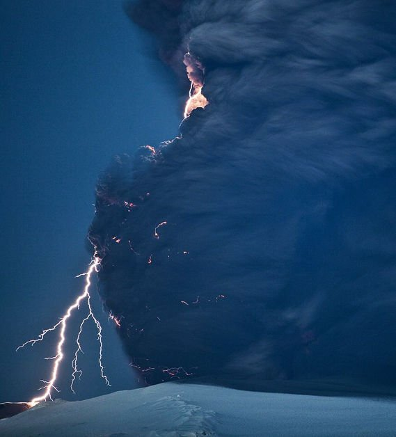 摄影师冒生命危险拍到冰岛火山喷发场面