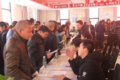 垫江举行招聘会 45家企业提供上千就业岗位