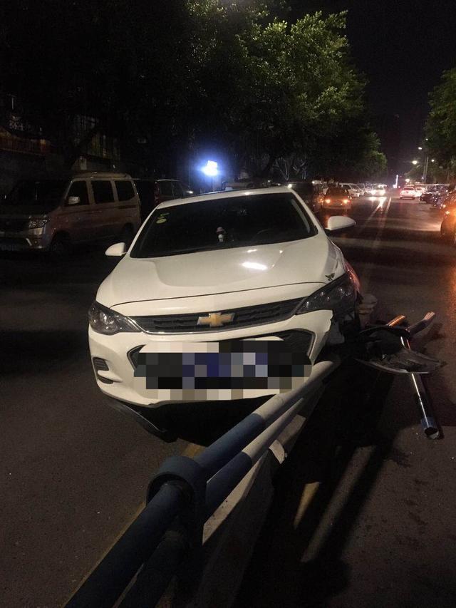 小伙开车与女友视频聊天 撞上马路护栏被记2分