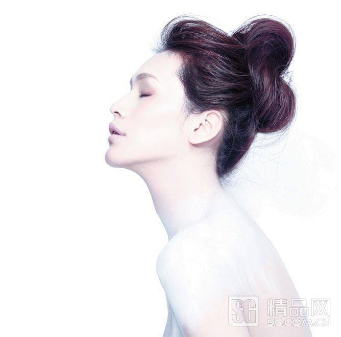 外在头顶原本的发型轮廓上,将最外一层头发抻松、定型,制造假轮
