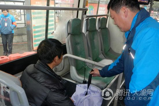 公交303路增设便民挂钩 方便乘客悬挂随身物品