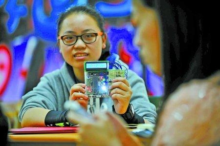 高二女生发明 神器 考试用手机作弊一秒逮住你