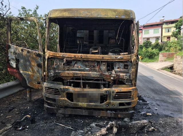 因没及时保养检修 货车马路上自燃被烧成光架架