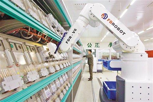 """应对劳动力短缺 上千家渝企""""雇""""机器人打工"""