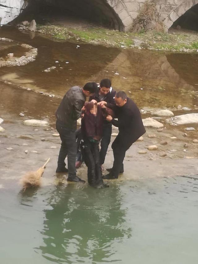 七旬老人河堤散步 不慎坠入冰冷河中