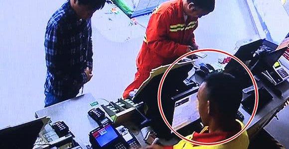 加油站收银员复制车主信用卡 戴头盔到银行盗刷5万元