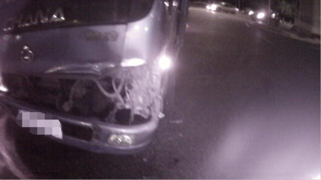 男子飙车炫酷逗宠物鸟 闯红灯怼上货车被撞飞
