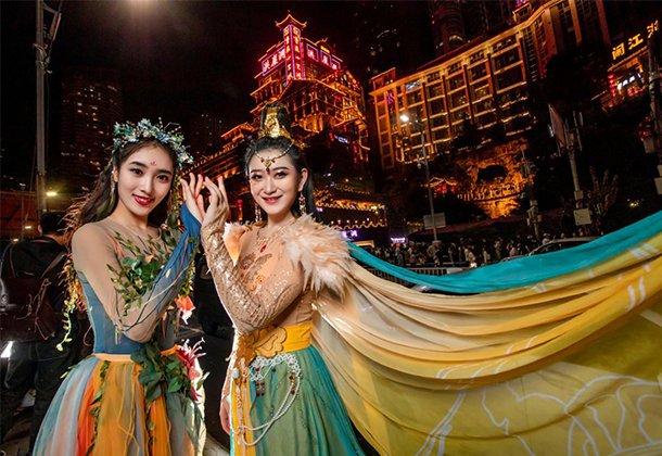 网红城市的梦幻联动!惊艳亮相重庆地标的巫山神女究竟是谁?