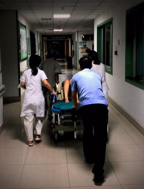 孕妇深夜离家出走路边待产 民警紧急送医护母女平安