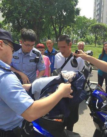 涉毒人员驾车支援同伙逃跑 民警就地擒获嫌犯