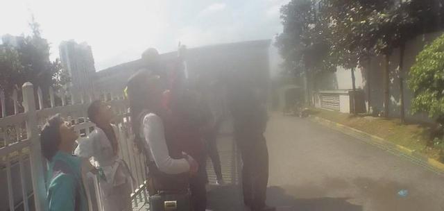 4岁熊孩子从12楼往下扔水袋 砸中过路行人