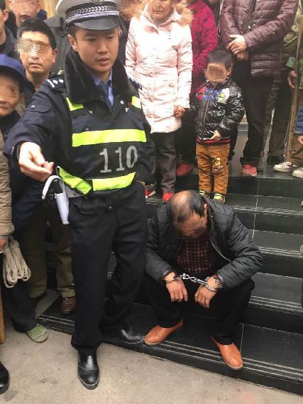 假警察大街上敲诈勒索 受害人机警报警叫来真警察