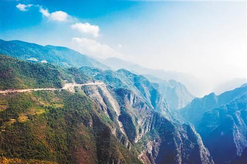 巫山县建坪乡:山崖上修出景观大道