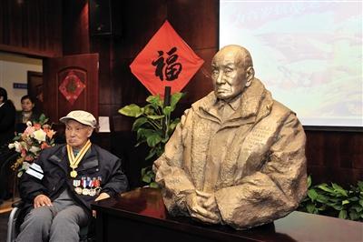 """104岁抗战老兵收到自己雕像:""""像,像"""""""