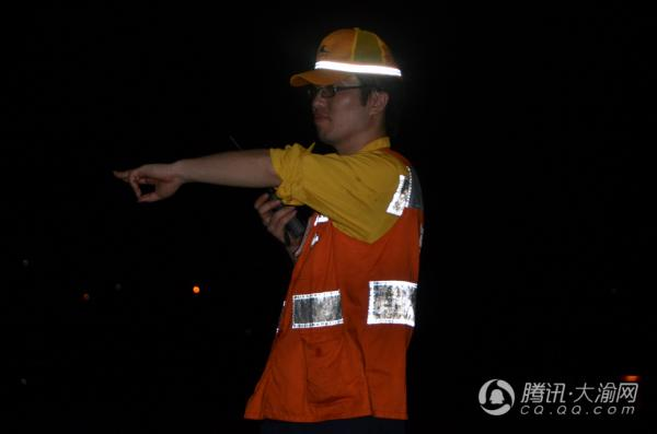 """夜战山城 高铁线上的""""体检员"""""""