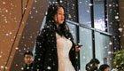 女孩着婚纱造雪向男友求婚成功