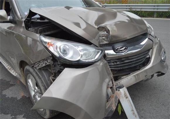 小车避让变道车辆出事故 开车变道需注意啥?
