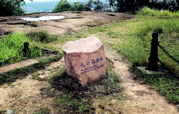 锅状的凹坑,是当年钓鱼城守军配制火药的碾盘。