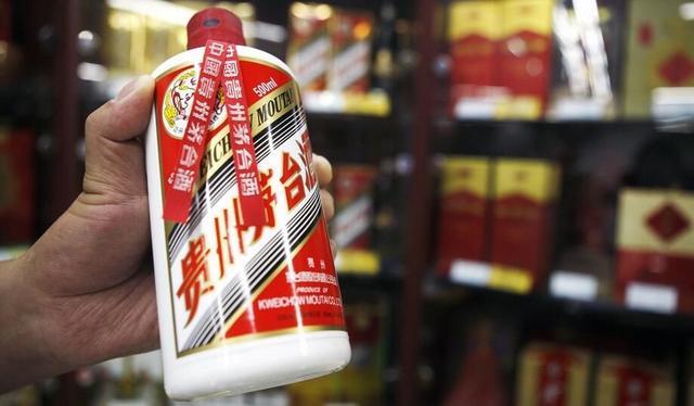 贵州茅台遭遇酒荒 黄牛雇人排队抢酒堪比春运抢票