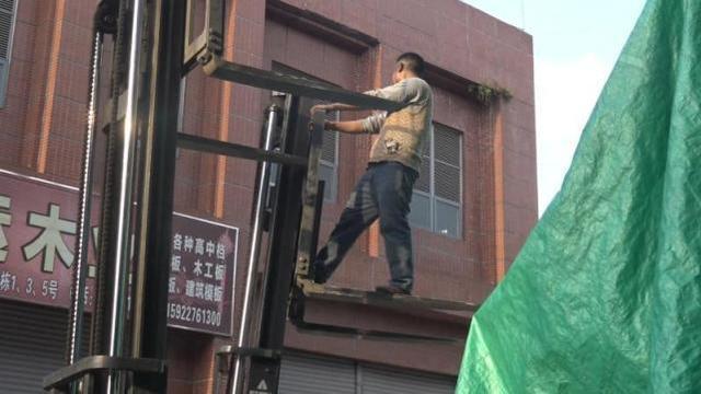 重庆土主一建材城违规操作叉车遇意外 人悬半空手被卡