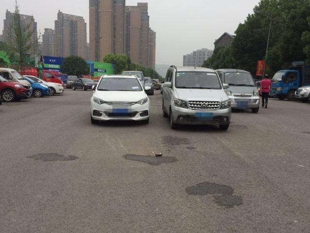 公共道路变停车场,重庆一小区上千车位闲置一大半