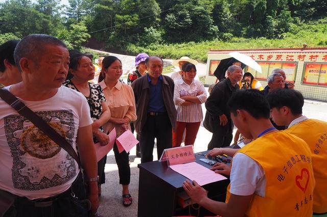 """志愿者开展暑期""""三下乡"""" 义务维修为村民送温暖"""