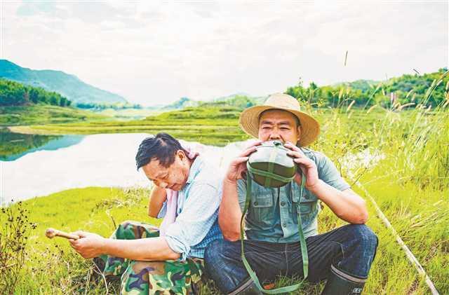 一家三口守护湿地 30余本笔记记录数次生死时刻