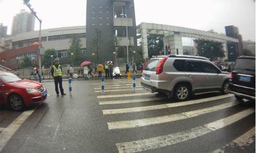 鲁能巴蜀中学附近交通秩序变好了 民警都做了