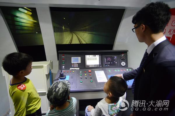 """5岁小童""""开轻轨""""? 原来是体验轨道列车模拟驾驶"""