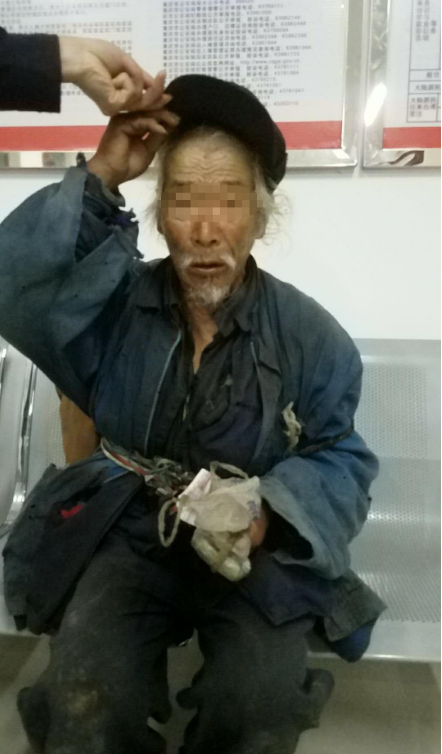 8旬老人走失41年睡猪圈 民警助其找到家人
