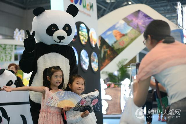 四川旅游亮相西旅会 超萌熊猫人偶受追捧