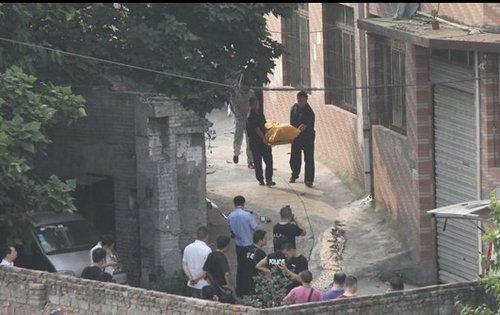 在重庆沙坪坝区童家桥,周克华尸体被警方运离现场.-重庆否认周克图片