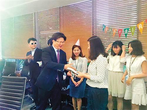 """男子在韩国当银行行长 执着""""推销""""重庆"""