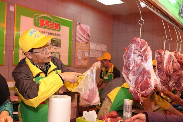 被抢光!北大才子陆步轩空降山城现场卖猪肉