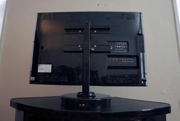 有了这只电视底座我往哪儿走它就往哪儿转