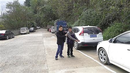 """男子砸车窗行窃藏身停车场废旧车 抽剩烟盒""""出卖""""他"""