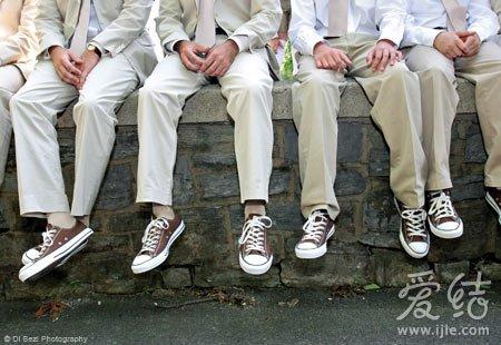 米白色伴郎服饰搭配棕色板鞋