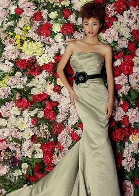 所以伴郎伴娘礼服也可以选择露肤度较高的款式