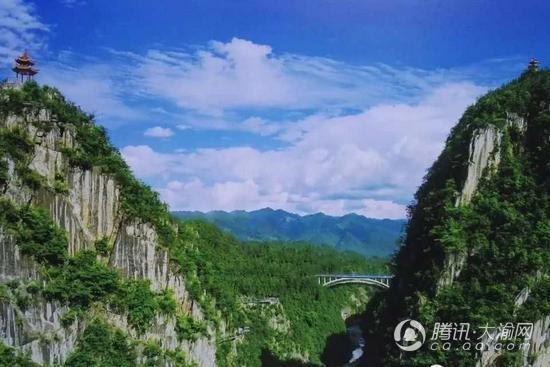 探险家溜索飞跃黔江城市大峡谷 市民可观看直播助威
