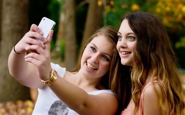 """2013年牛津词典将\""""自拍照(selfie)\""""定为了年度词语.其对..."""