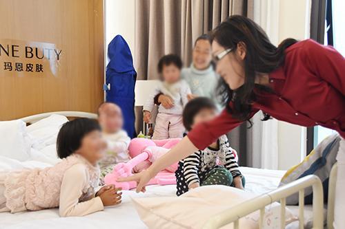 黔江7月大幼童扑入火堆严重烧伤 母亲患癫痫三姐弟均被烧伤