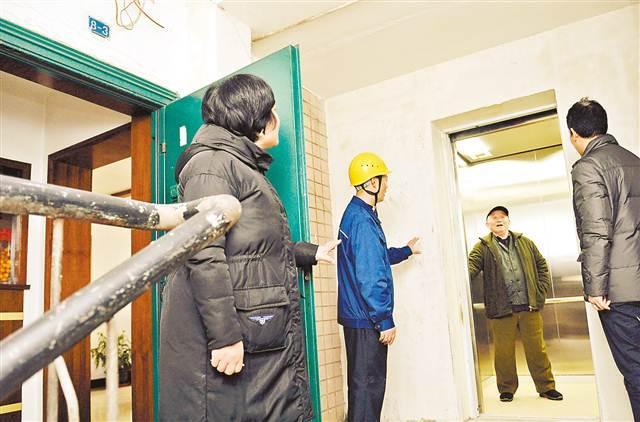 渝中区新政后首台老旧住宅加装电梯投用