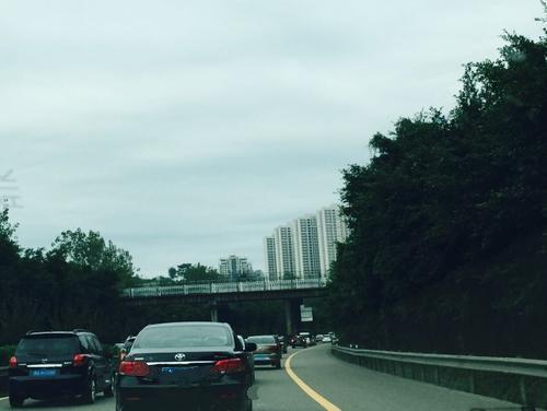 国庆长假第二天 沪渝高速长寿段车多缓行