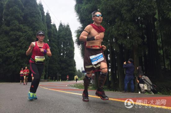 800名跑者石柱千野草场雨中竞技 争当白杆勇士