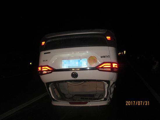 新手司机酿事故 小车被掀了个底朝天