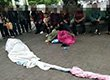 女子妆容奇特 披着床单在街头拍视频